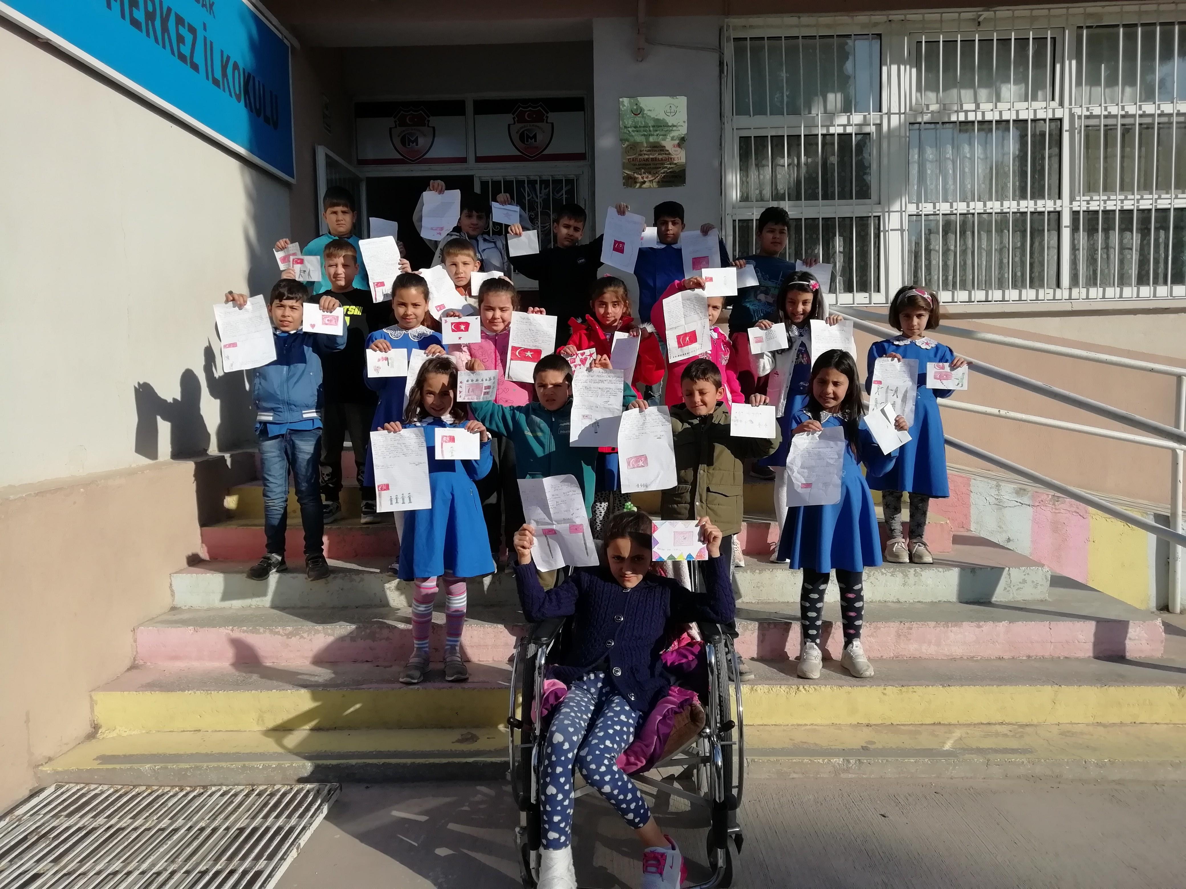 Öğrenciler, Şehitler İçin Okulun Bahçesine Fidan Diktiler