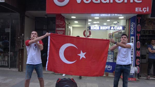 Denizlililer saat 19.19'da İstiklal Marşı'nı okudu