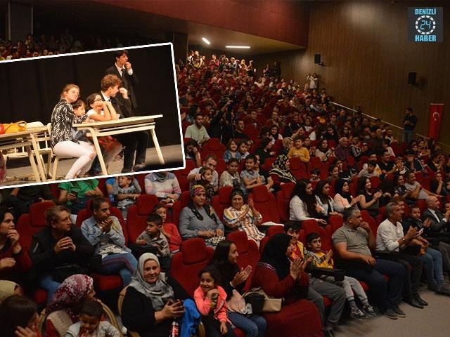 Sarayköy, tiyatro sezonuna ekibiyle, seyircisiyle iddialı başladı