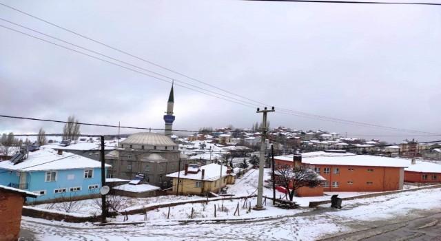Karbasan köyüne yağan 5 santimetre kar sevindirdi