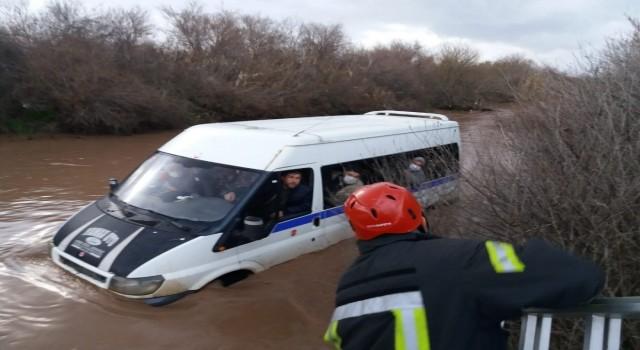 Akhisar'da minibüs çamura battı