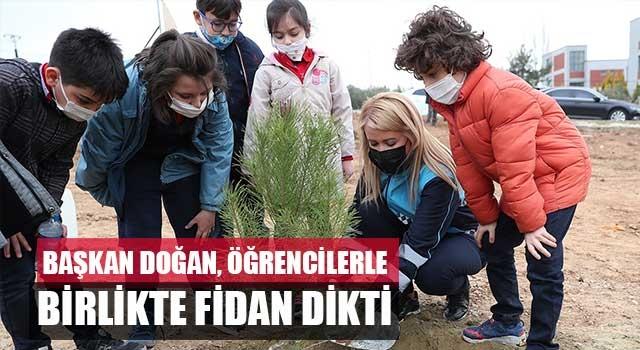 Başkan Doğan, öğrencilerle birlikte fidan dikti