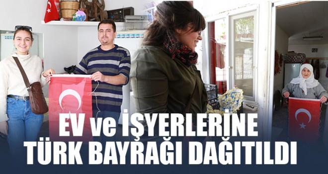 Ev ve İşyerlerine Türk Bayrağı Dağıtıldı
