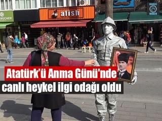 Atatürk'ü Anma Günü'nde Canlı Heykel İlgi Odağı Oldu