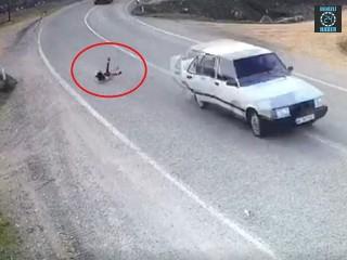 Manisa Alaşehir'de kız çocuğu araçtan yola düştü