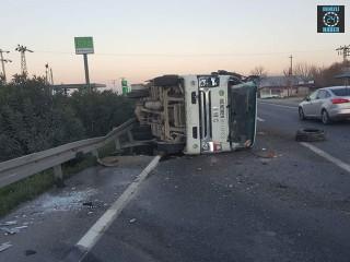 Menemen Belediyesi ait çöp kamyonu devrildi 3 yaralı