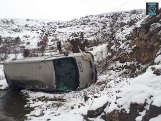 Şuhut'ta minibüs şarampole devrildi 3 yaralı